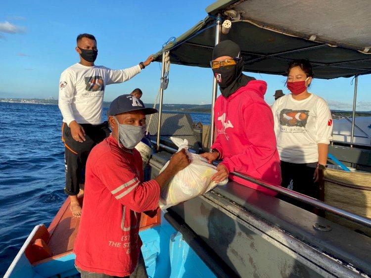 Peduli Masyarakat Terdampak Pandemi Covid-19, Ketua Bhayangkari Daerah NTT Bagikan Sembako Kepada Para Nelayan