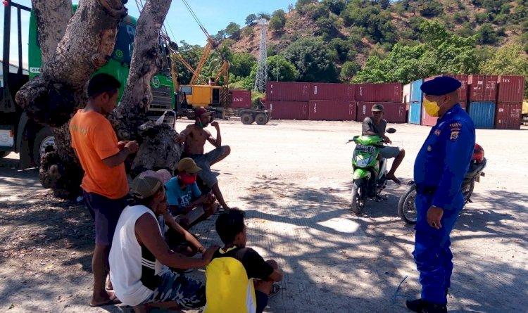Sambang Binkamsa, Anggota Sat Pol Airud Polres Belu Ajak Warga Lawan Covid-19 dengan Disiplin Jaga Jarak