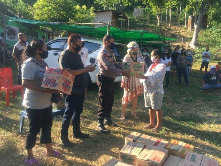 BERANDA  Bhabinkamtibmas Polsek Komodo Kawal Pembagian Sembako Bantuan Dari Posko Masyarakat Peduli Covid-19 Labuan Bajo