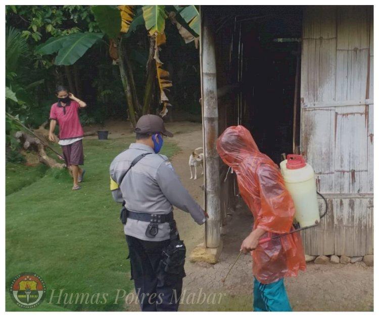 Bhabinkamtibmas Bersama Karang Taruna Dusun Poka Lakukan Penyemprotan Disinfektan