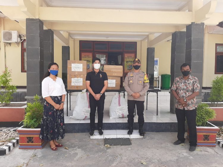 Kapolres Serahkan Bantuan APD Untuk Tenaga Medis 2 Rumah Sakit di Sumba Timur