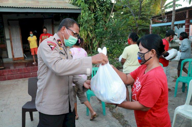 Wakapolda NTT Berikan Sembako Pada Masyarakat Kurang Mampu Terdampak Covid-19 di Kelurahan Oetete
