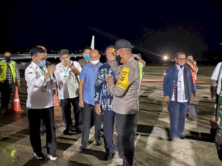 Kapolda NTT Sambut Kedatangan Menteri Pertanian RI di Bandara Eltari Kupang
