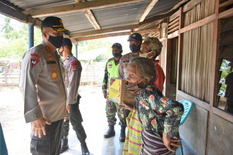 Kapolda NTT Beri Bingkisan Sembako Bagi Masyarakat Desa Oesoko