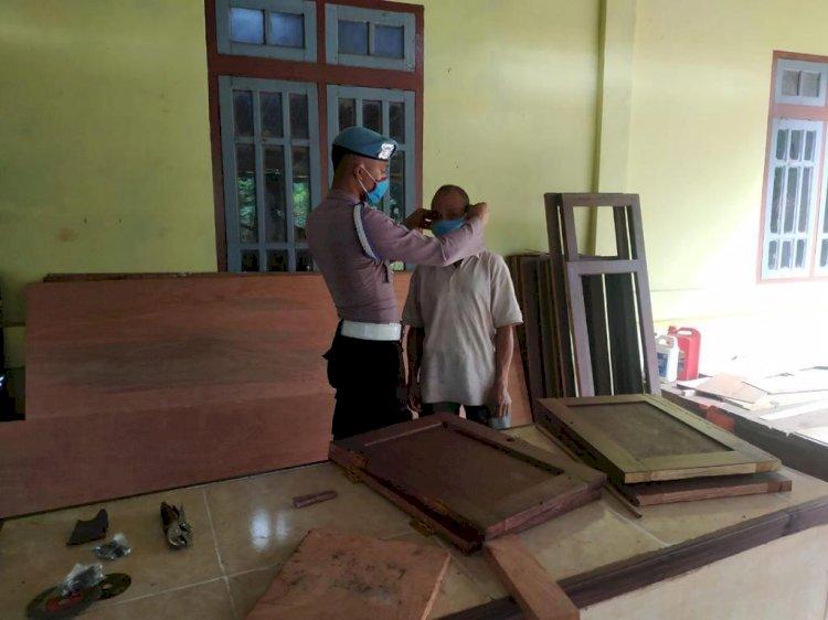 Kasie Propam  Polres Ngada Berikan edukasi terhadap masyarakat tentang penggunaan masker kain.
