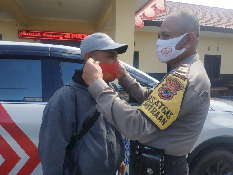 Kasatbinmas Polres Ngada Beri Bantu Masker Kepada Insan Pers Ngada