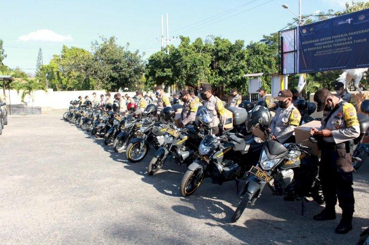 Personel Polres Kupang Kota Kawal dan Salurkan Paket Balasa Bantuan Kemenparekraf Untuk Pekerja dan Pelaku Pariwisata yang Terdampak Covid-19