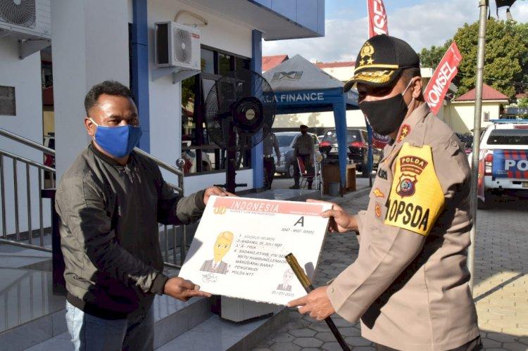 Bhakti Sosial Secara Serentak dalam Rangka Hari Bhayangkara ke 74, Kapolda NTT Beri Bansos dan SIM Masyarakat Labuan Bajo