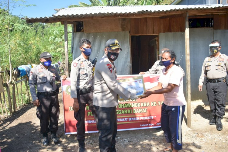 Bhakti Sosial Serentak Hari Bhayangkara ke 74, Kapolda NTT Beri Paket Sembako kepada Masyarakat Labuan Bajo