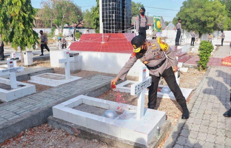 Dalam Rangka Hari Bhayangkara ke-74, Kapolda NTT Pimpin Upacara Ziarah Rombongan di TMP Dharmaloka Kupang