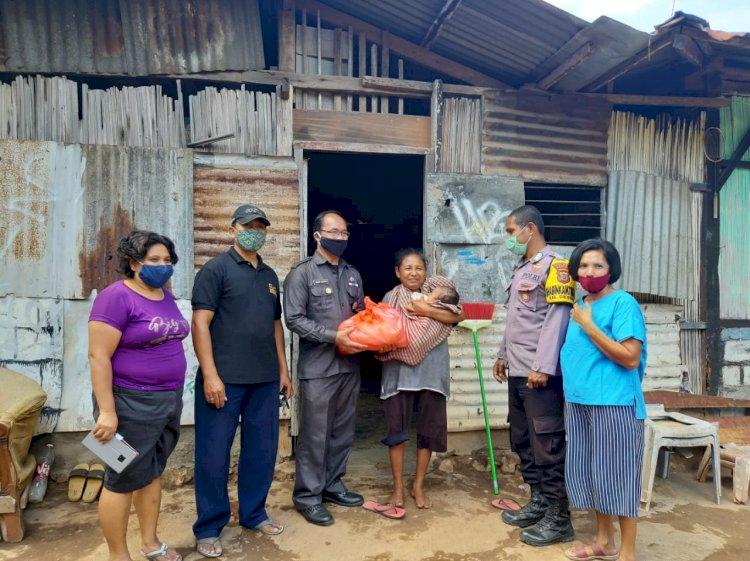 Dalam Rangka Hari Bhayangkara ke-74, Biro SDM Polda NTT Salurkan bantuan Sembako kepada Warga Terdampak Covid-19