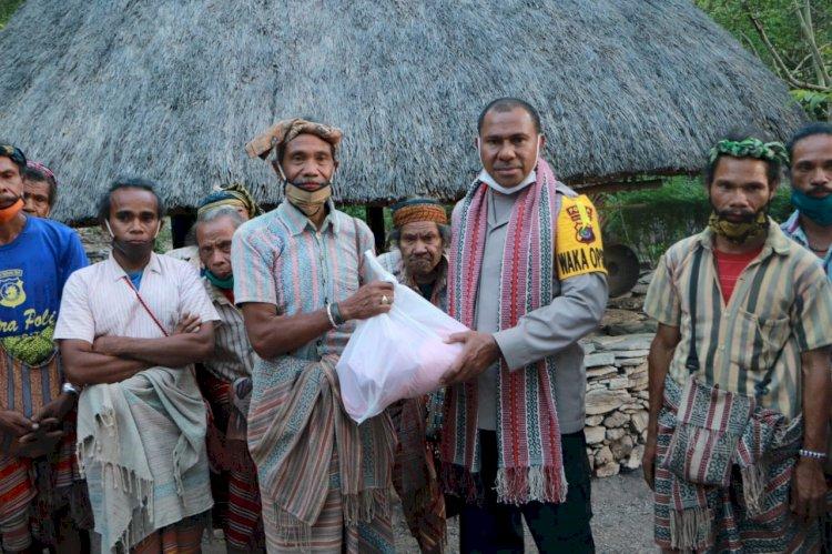 Bertemu Raja Boti, Wakapolda NTT Jalin Silaturahmi dan Berikan Bantuan Bagi Warga