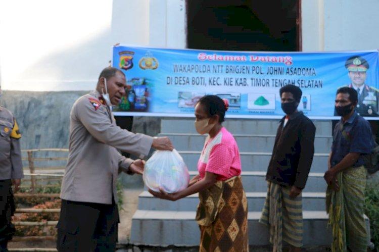 Bhakti Sosial Polri Bagi Masyarakat, Wakapolda NTT Berikan Bantuan Paket Sembako di Kampung Boti