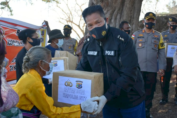 Kunjungi Lembata, Kapolda NTT Salurkan Paket Sembako Kepada Masyarakat Desa Mingar
