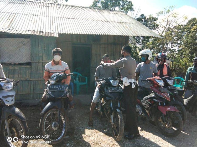 Sambangi Komunitas Ojek, Bripka Lalu Sosialisasikan Taat Berlalu Lintas Hingga Pilkada Damai