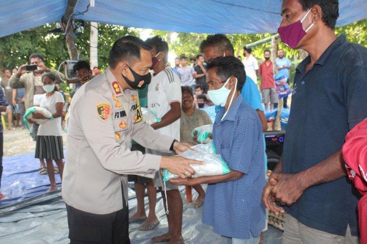 Berempati Terhadap Korban Kebakaran di Kampung Deke, Kapolres Sumba Barat Bagikan 300 Kg Beras