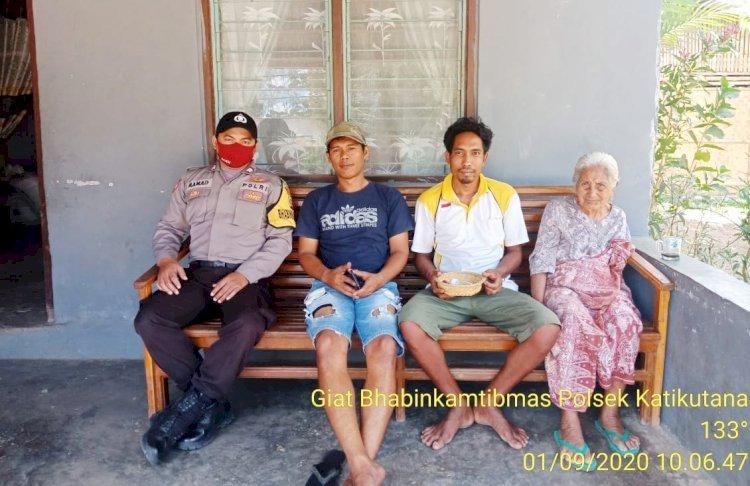 Mendekatkan Diri Dengan Masyarakat, Bhabinkamtibmas Polsek Katikutana Sambang Ke Rumah Warga