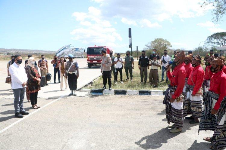Tiba di Bandara El Tari Kupang, Kapolda NTT Disambut Dengan Sapaan Adat Natoni
