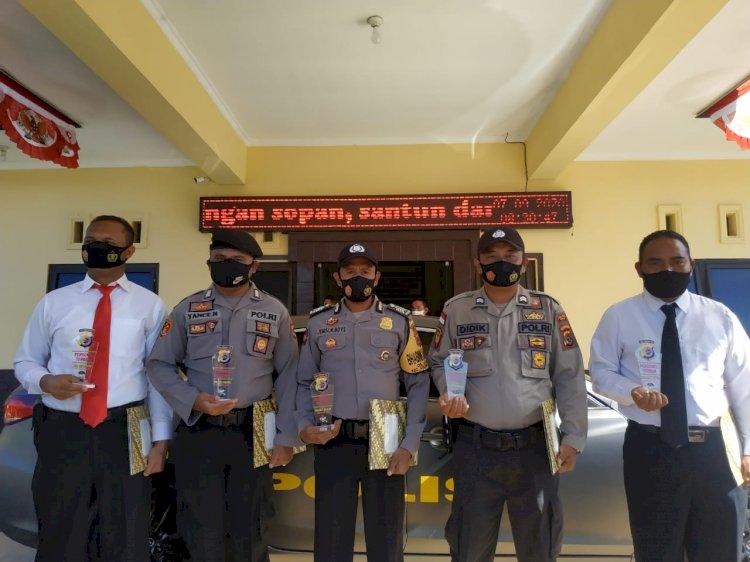 Kapolres Ngada Beri Penghargaan Pada Lima Anggota Polres Ngada Yang Dedikasi dan Loyalitas