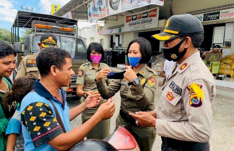 Disiplinkan Masyarakat Lewat Operasi Yustisi, Polres Belu Bareng Sat Pol PP Kembali Bagi Masker dan Imbau Disiplin 3 M