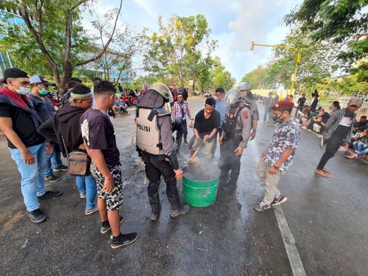 Di sela Aksi Unras Damai, Kompak Personel Polda NTT dan Mahasiswa Membersihkan Sampah