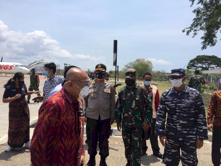 Kabidkum Polda NTT Sambut Kedatangan Menteri Koperasi dan UKM RI di Bandara El Tari Kupang