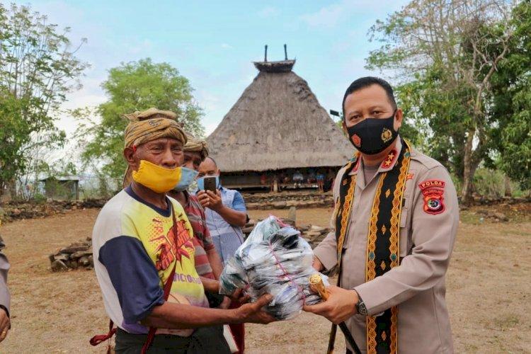 Kapolda NTT dan Ketua Bhayangkari Daerah NTT Bagikan Masker di Kampung Adat Tutubhada