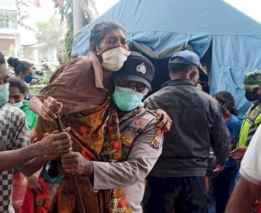 Erupsi Gunung Ile Lewotolok, Personel Polres Lembata Bantu Evakuasi Warga