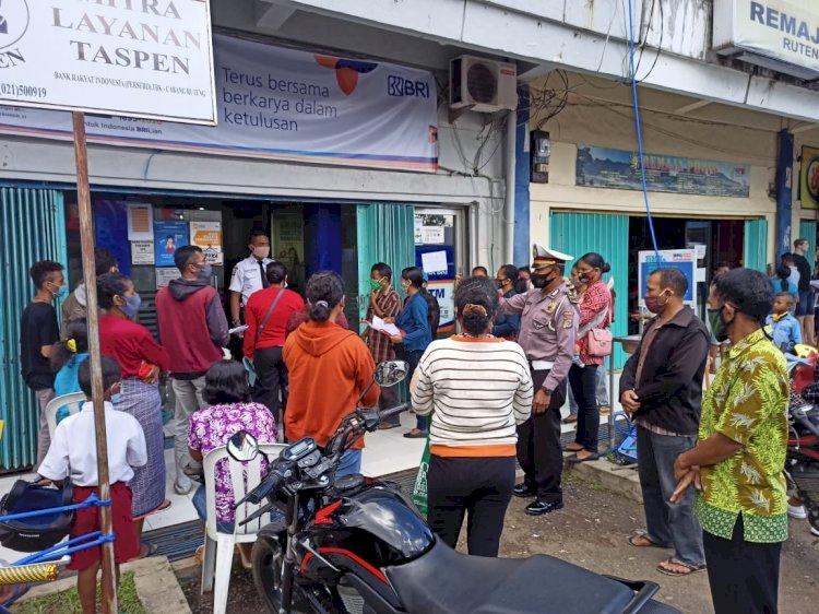 KBO Lantas Polres Manggarai Beri Imbuan Humanis Pada Masyarakat Untuk Patuhi Prokes