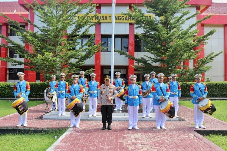 Kapolda NTT Serahkan Seragam Baru Untuk Personel Korps Musik Polda NTT