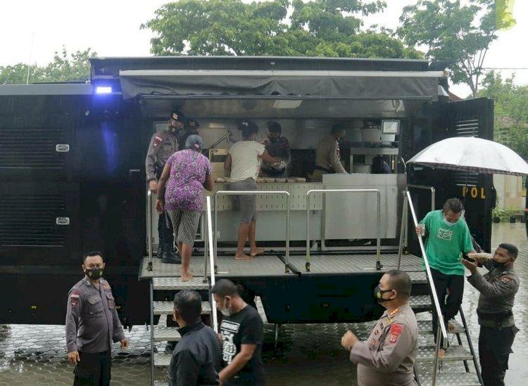 Polri Peduli, Satbrimob Polda NTT Siapkan Dapur Lapangan Untuk Warga Korban Longsor di TDM