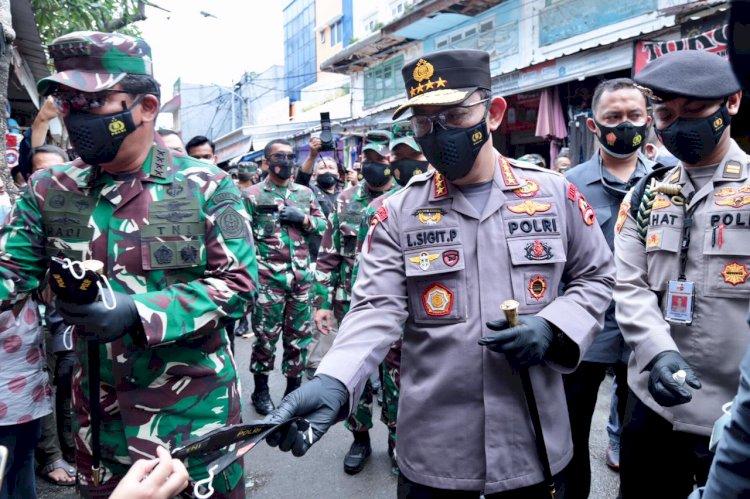 Cek Penerapan Prokes, Panglima TNI dan Kapolri Bagikan Ratusan Masker di Pasar Tanah Abang
