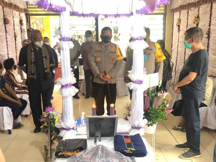 Wujud Belasungkawa, Kapolda NTT Melayat ke Rumah Duka Ibu Dari Irjen Pol. (Purn) Drs. Y. Jacki Uly, M.H