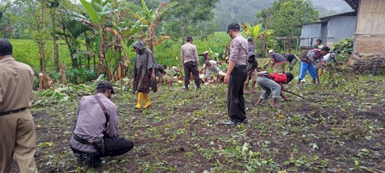 Bangun Kebersamaan, Personil Polsek Alor Selatan Ikut Kegiatan Bulan Bhakti LKMD Tingkat Kelurahan