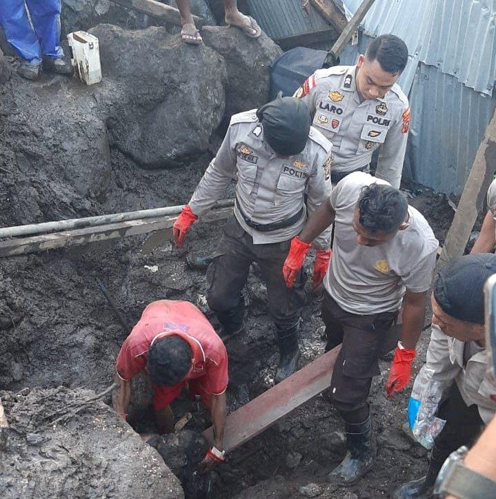 Polres Lembata Terjunkan Anggota Bantu Evakuasi Korban Banjir di Desa Waimatan
