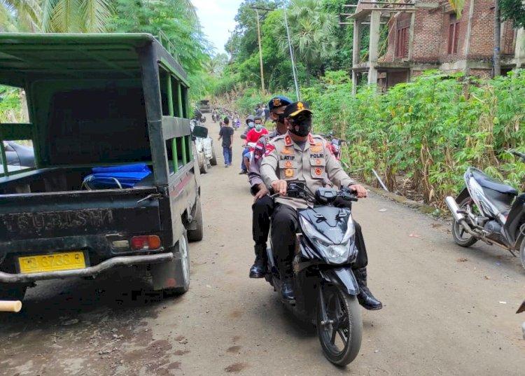 Akses Sulit Dijangkau, Kapolda Sewa Motor Ojek Antar Bansos di Adonara