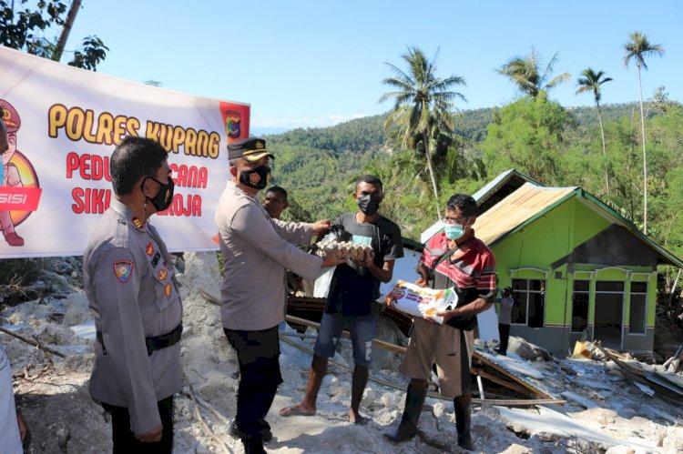 Peduli Korban Bencana, Polres Kupang Serahkan Bantuan Sembako Kepada Warga Desa Tunbaun