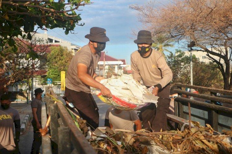 Pasca Bencana, Polda NTT dan Instansi terkait Kerja Bhakti Bersihkan Sampah di Kota Kupang