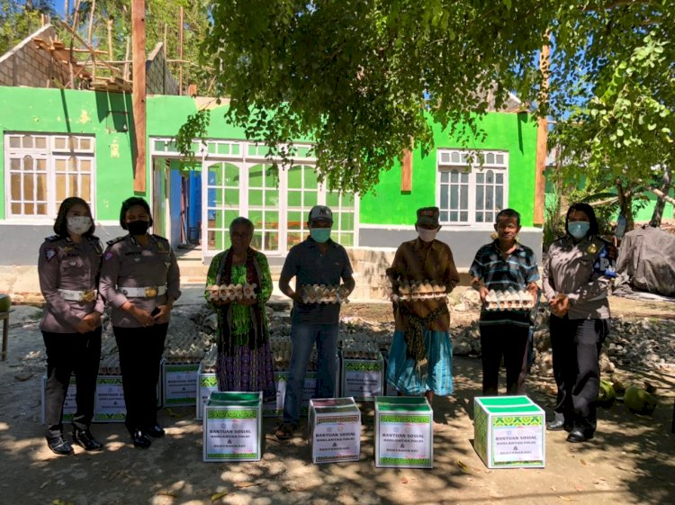 Polwan Ditlantas Polda NTT Salurkan Bansos Korlantas Polri di Dua Desa