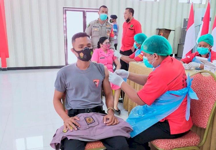 Rev@co Biddokkes Polda NTT Gelar Vaksinasi Covid-19 Untuk 200 Anggota Brimob dan Bhayangkari