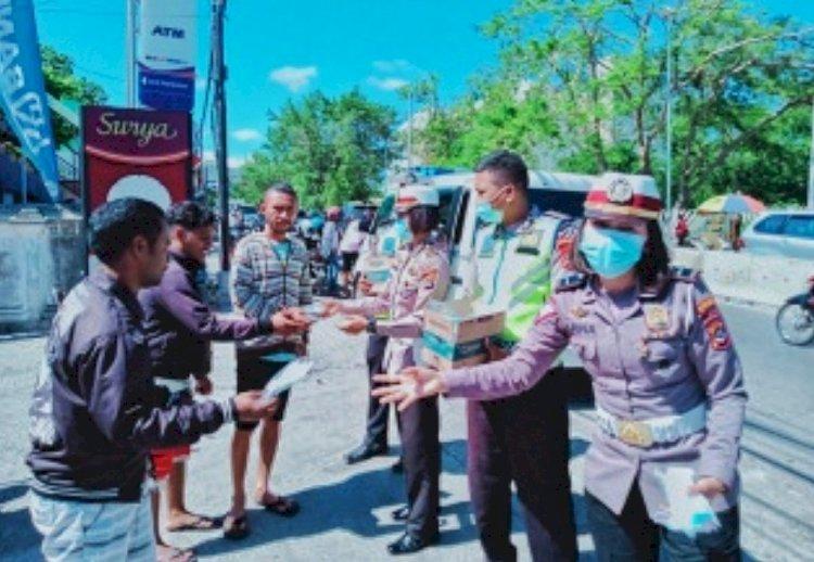 Dorong Kesadaran Bermasker, Subditkamsel Ditlantas Polda NTT Bagikan Masker Kepada Masyarakat