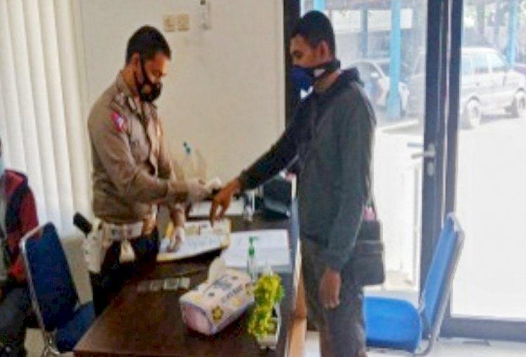 Pelayanan BPKB Subregident Ditlantas Polda NTT Terapkan Prokes Saat Melayani Masyarakat