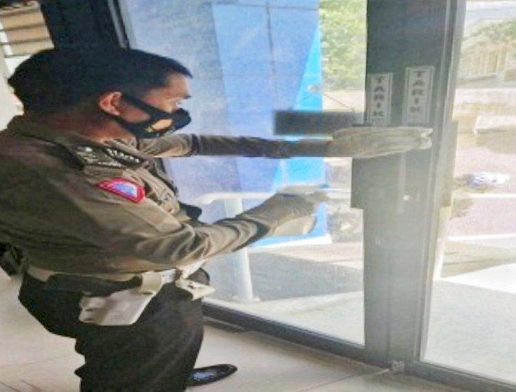 Cegah Penyebaran Covid-19, Seksi BPKB Subditregident Ditlantas Polda NTT Lakukan Penyemprotan Disinfektan di Ruang Pelayanan