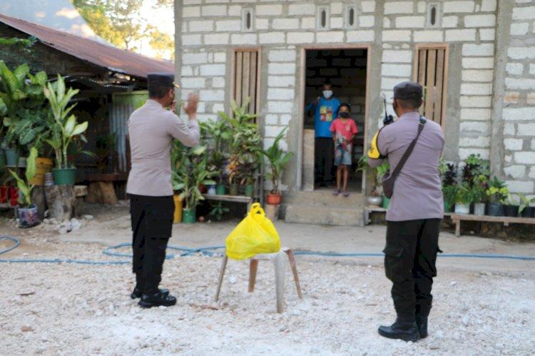 Door To Door Kabidhumas Polda NTT dan Bhabinkamtibmas Kelurahan Oebufu Salurkan Bansos Kepada Warga Terdampak Covid-19