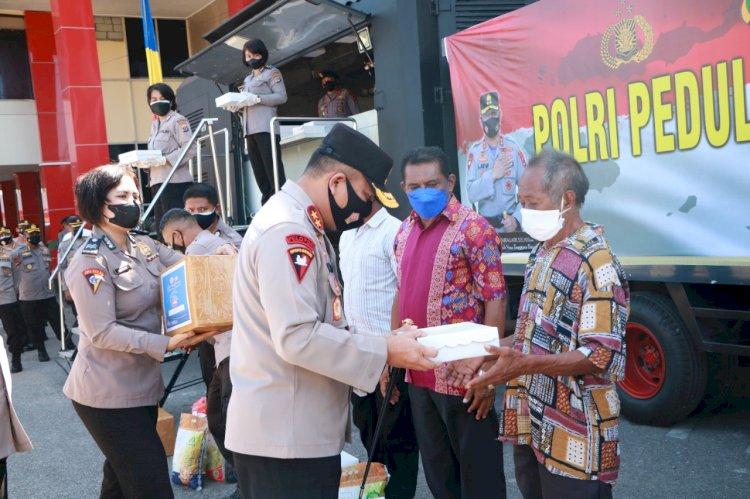 Polri Berbagi Kasih, Kapolda NTT Salurkan Ratusan Paket Bansos dan Makanan Siap Santap