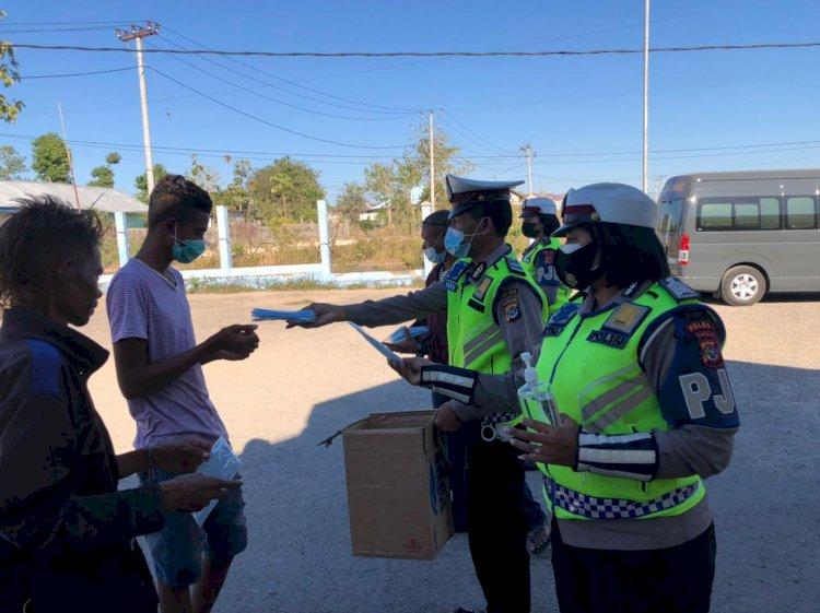 Upaya Memutus Penyebaran Covid-19, Personel Ditlantas Polda NTT Bagi-Bagi Masker Kepada Masyarakat di Kota Kupang