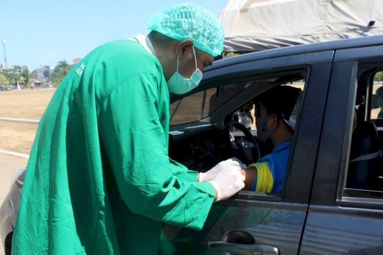 Warga Kota Kupang Antusias Mengikuti Vaksinasi Drive Thru di Polda NTT