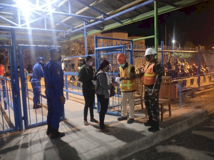PPKM Level IV, Personel Ditpolairud Polda NTT Lakukan Pengawasan dan Imbauan Prokes di Pelabuhan Nusa Lontar Kupang