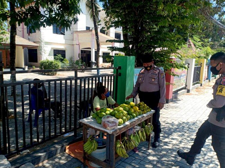 Menjaga Disiplin di Masa PPKM level IV, Personel Ditsamapta Polda NTT Patroli Sasar Para Pedagang Buah di Kota Kupang