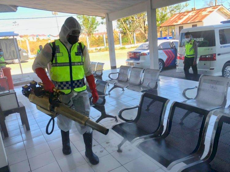 Wujud Kepedulian Terhadap Keselamatan, Personel Ditlantas Polda NTT Lakukan Penyemprotan Disinfektan di Terminal Belo